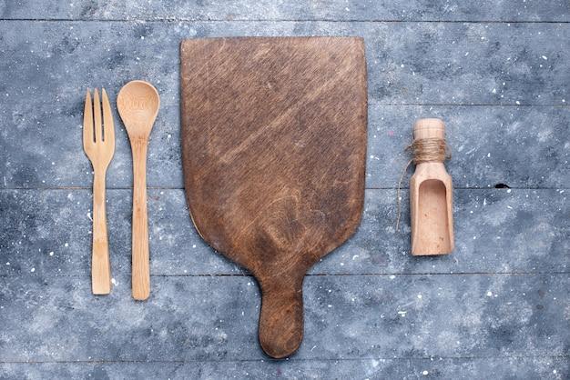 Bovenaanzicht houten bestek met bruin houten bureau op de blauwe achtergrond lepel vork kleur foto keuken