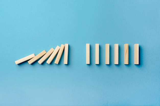 Bovenaanzicht houten blokken vallen