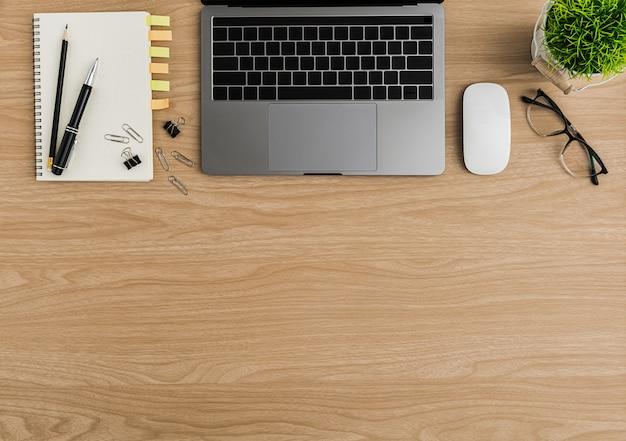 Bovenaanzicht houten bureau tafel. plat liggende werkruimte