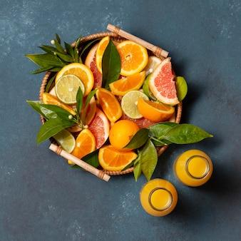 Bovenaanzicht houten dienblad met citrus