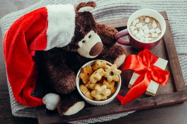 Bovenaanzicht houten dienblad met teddybeer in santa claus