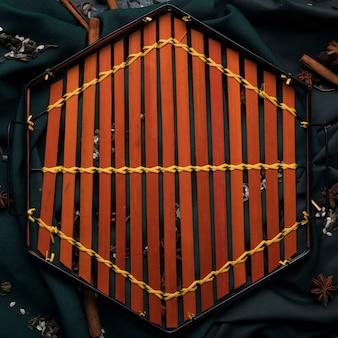 Bovenaanzicht houten dienblad op tafel