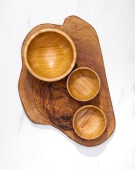 Bovenaanzicht houten keukengerei kommen