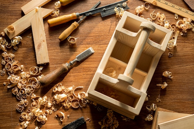 Bovenaanzicht houten kist en houtzaagsel in werkplaats