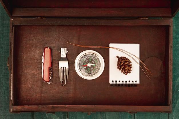 Bovenaanzicht houten kist met reisbenodigdheden