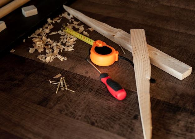 Bovenaanzicht houten tools op bureau
