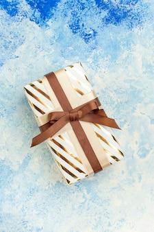 Bovenaanzicht huwelijkscadeau op blauw-wit