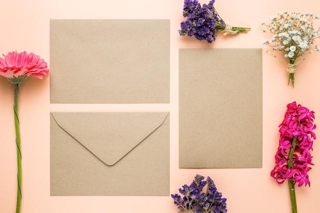 Bovenaanzicht huwelijksuitnodigingen met bloemen