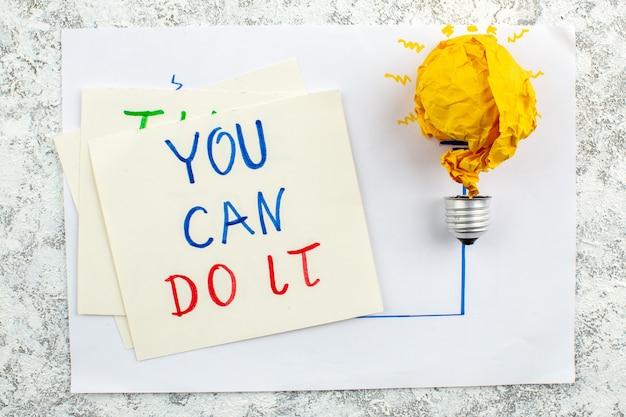 Bovenaanzicht idee gloeilamp concept op papier je kunt het doen geschreven op papier op tafel