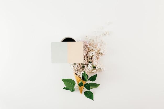 Bovenaanzicht ijs kegel tak bloemen lege kaart wit plat lag