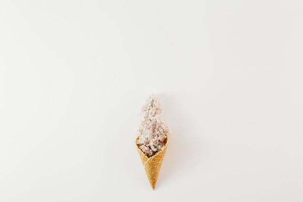 Bovenaanzicht ijsje tak bloemen wit minimale lente plat leggen