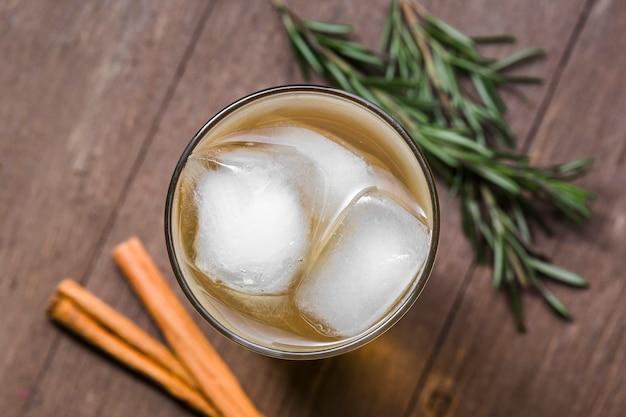Bovenaanzicht ijskoffie en kaneelstokjes