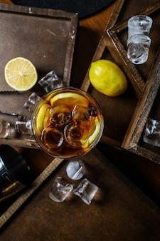 Bovenaanzicht ijsthee met citroen in een glas