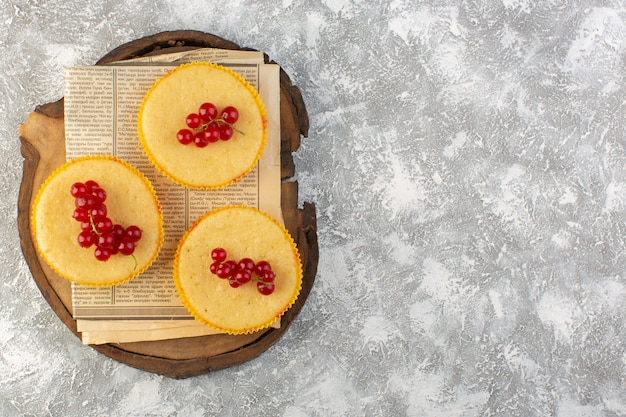 Bovenaanzicht in de verte cake met veenbessen lekker gebakken op de lichte achtergrond cake koekje suiker zoet