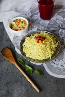 Bovenaanzicht indiase rijstgerecht