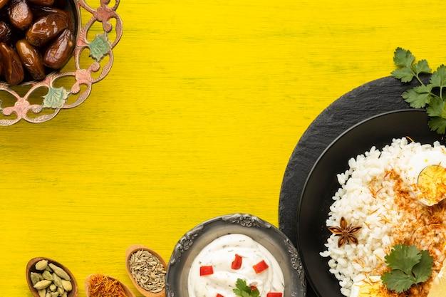 Bovenaanzicht indisch eten op gele achtergrond