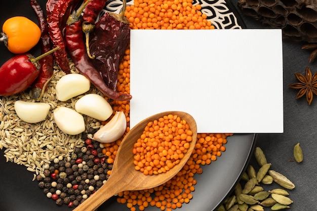 Bovenaanzicht indische kruiden arrangement
