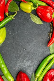 Bovenaanzicht ingelijste cayennepeper met lege ruimte verschillende soorten peperplant op de achtergrond met vrije ruimte