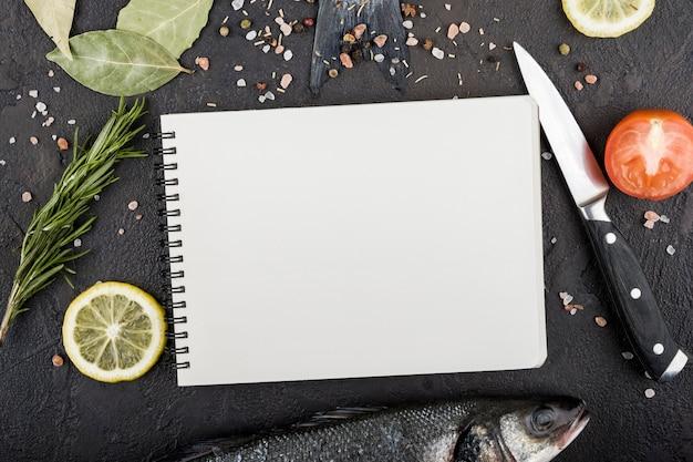 Bovenaanzicht ingrediënten met notebook
