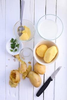 Bovenaanzicht ingrediënten voor aardappelpuree