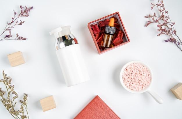 Bovenaanzicht, ingrediënten voor huidverzorgingsproducten. het glas, lege label-pakket voor mockup op witte achtergrond. het concept van natuurlijke schoonheidsproducten.
