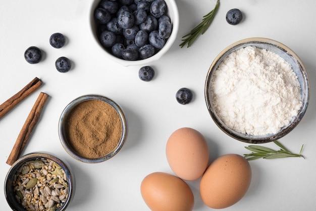 Bovenaanzicht ingrediënten voor muffins