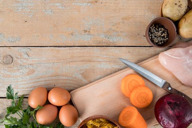 Bovenaanzicht ingrediënten voor soep en kopie ruimte