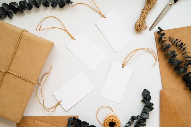 Bovenaanzicht inpakpapier en lege witte etiketten