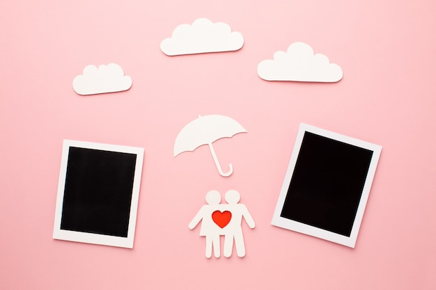 Bovenaanzicht instant foto's met familiefiguur
