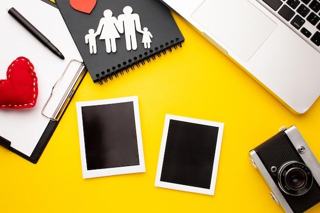 Bovenaanzicht instant foto's met papier gesneden familie