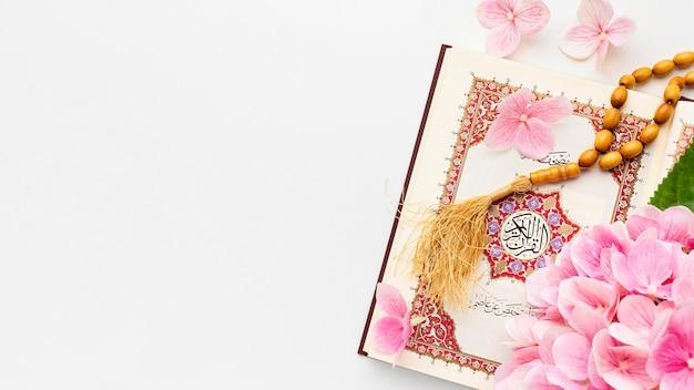 Bovenaanzicht islamitisch nieuwjaar met misbaha