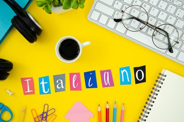 Bovenaanzicht italiaanse letters op gele achtergrond