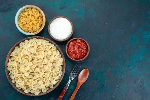 Bovenaanzicht italiaanse pasta gekookt op donker