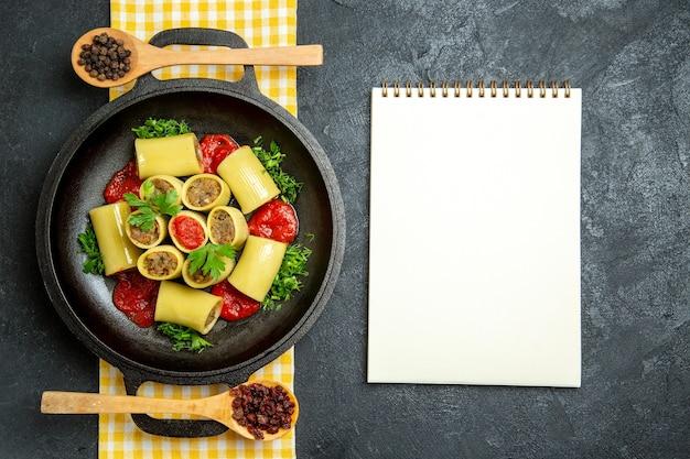 Bovenaanzicht italiaanse pasta met vlees op grijze ruimte Gratis Foto