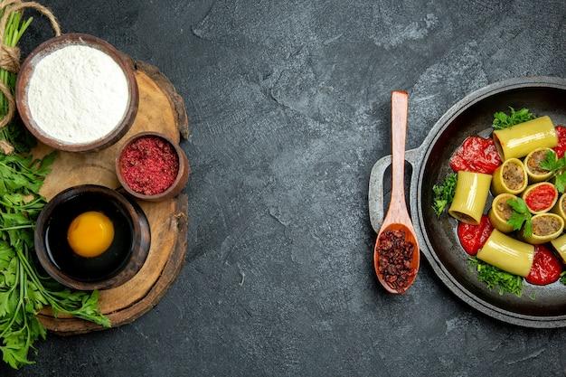 Bovenaanzicht italiaanse pasta met vlees op grijze ruimte