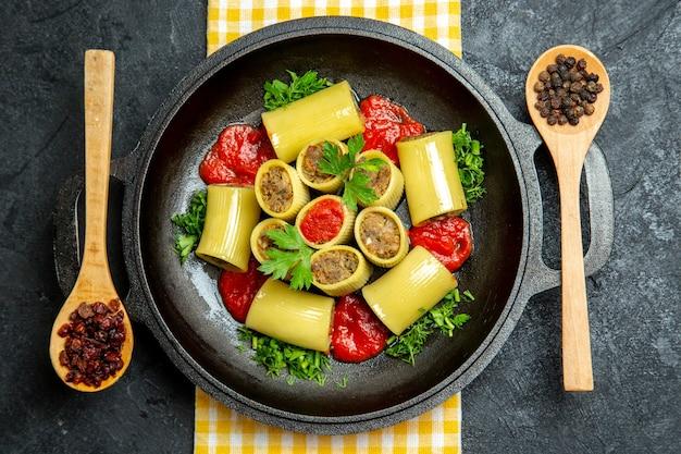 Bovenaanzicht italiaanse pasta met vlees rundvlees op grijze ruimte