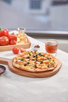 Bovenaanzicht italiaanse pizza op houten tafel