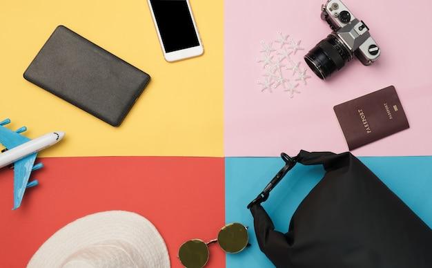 Bovenaanzicht items en accessoires voor de reizigersartikelen. plan een vakantiereis