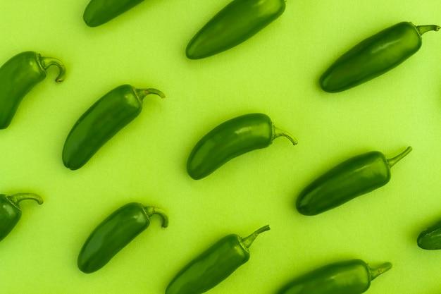 Bovenaanzicht jalapenos met groene achtergrond