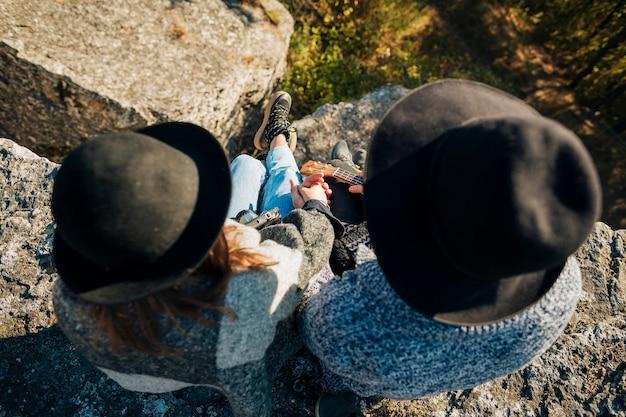 Bovenaanzicht jong koppel met hoeden