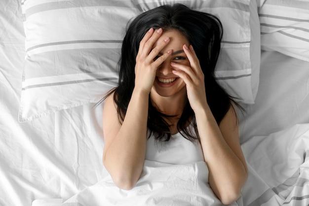 Bovenaanzicht jonge vrouw wakker Gratis Foto