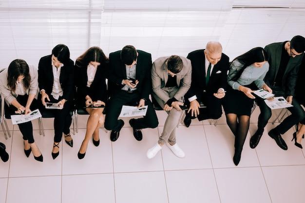 Bovenaanzicht. jonge werknemers die financiële gegevens bespreken.
