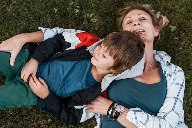Bovenaanzicht jongen en moeder op gras