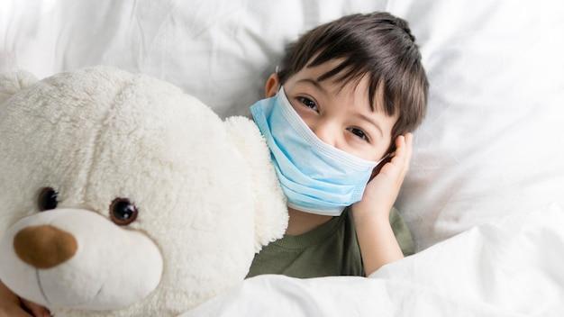 Bovenaanzicht jongen met teddybeer