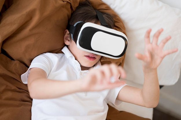 Bovenaanzicht jongen met virtual reality headset
