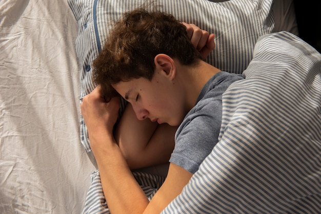 Bovenaanzicht jongen slapen