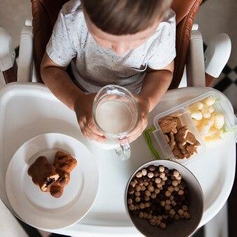 Bovenaanzicht jongetje met assortiment snacks