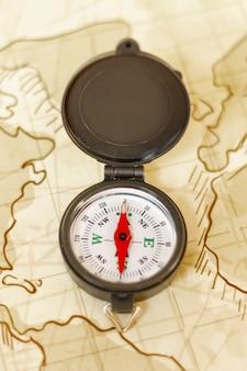 Bovenaanzicht kaart met kompas bovenop