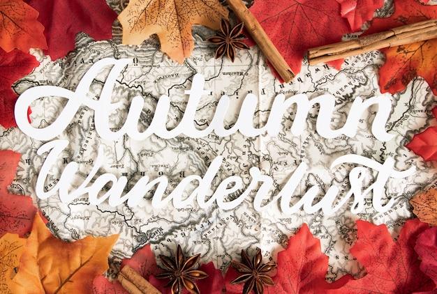 Bovenaanzicht kaart omgeven door herfstbladeren
