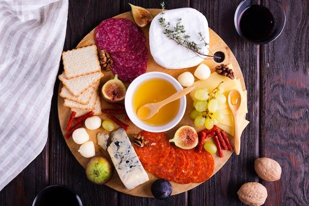 Bovenaanzicht kaas en snacks op een tafel